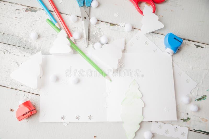 Árbol De Navidad De Papel Creativo En La Hoja Del Libro Blanco, Las ...