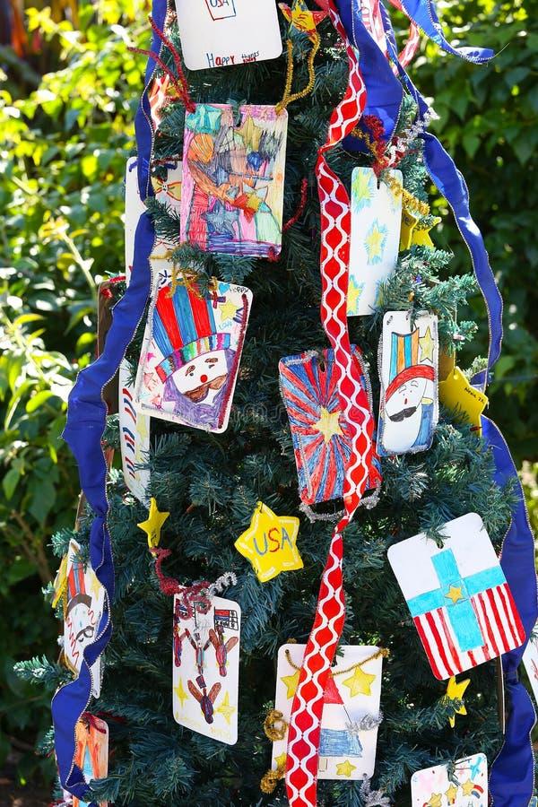 Árbol de navidad patriótico en fuerte Myers, la Florida, los E.E.U.U. imagen de archivo libre de regalías