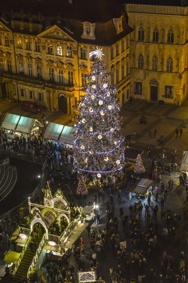 Árbol de navidad de Praga en la vieja plaza fotografía de archivo libre de regalías