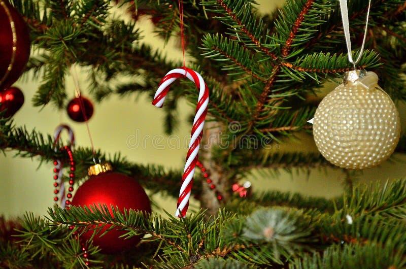 Árbol de navidad rojo y blanco fotografía de archivo