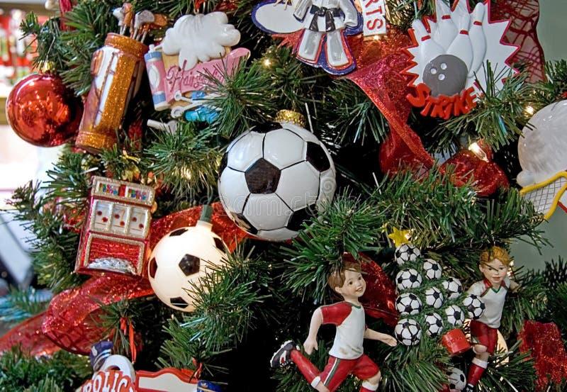 Árbol de navidad temático del fútbol imagenes de archivo