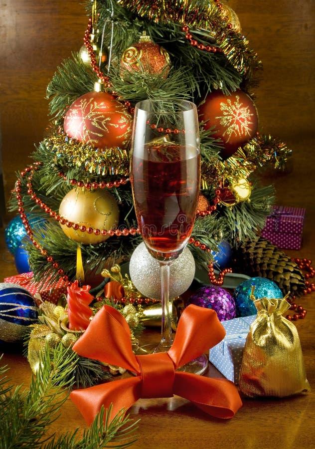 Árbol de navidad, vela y vidrio de vino imágenes de archivo libres de regalías