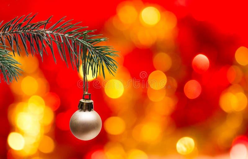 Árbol de navidad y bola imagenes de archivo