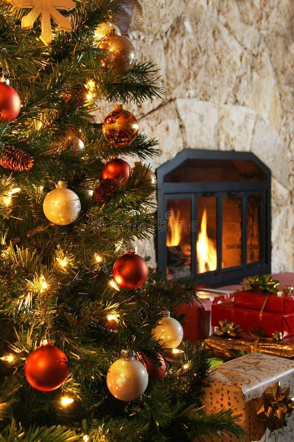 Árbol de navidad y chimenea fotografía de archivo libre de regalías