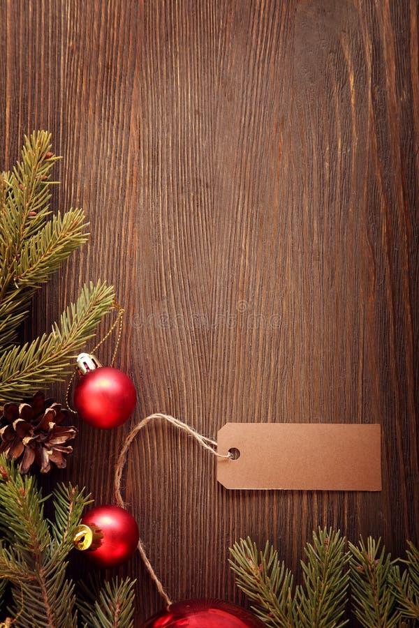 Árbol de navidad y decoraciones en fondo de madera imagen de archivo