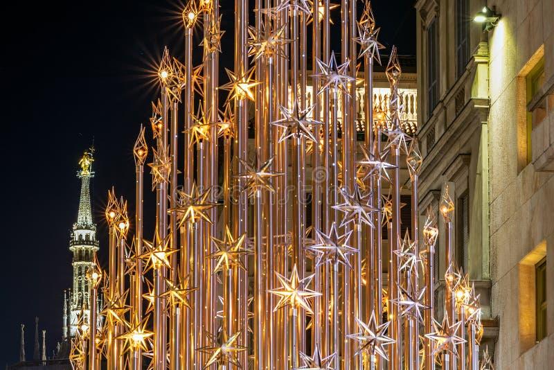 Árbol de navidad y el Madonnina en Milán por noche imagen de archivo libre de regalías