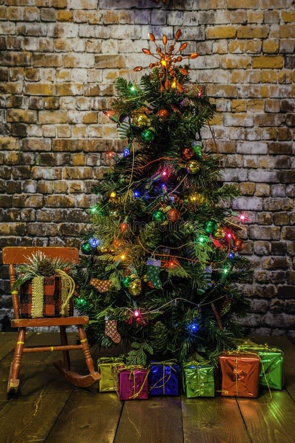 Árbol de navidad y mecedora roja foto de archivo libre de regalías