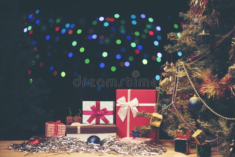 Árbol de navidad y muchas actuales cajas imagen de archivo