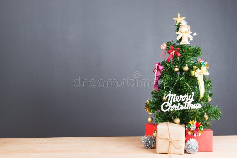 Árbol de navidad y muchas actuales cajas fotografía de archivo
