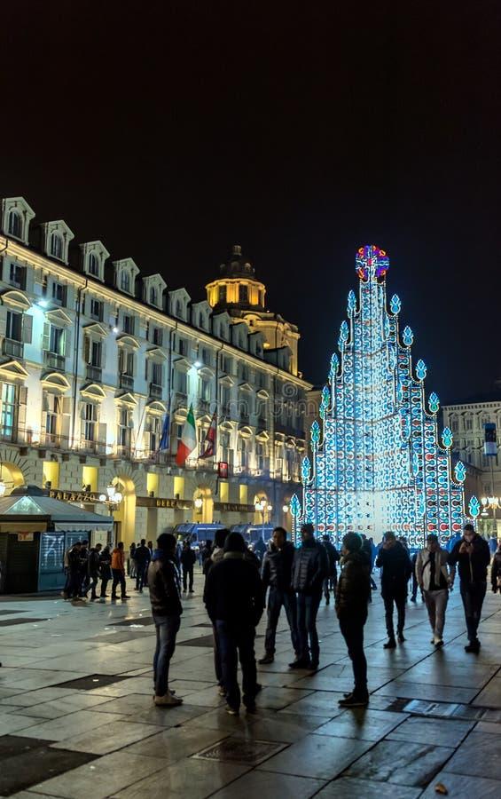 Árbol de navidad y plaza principal en Turín, Italia imagenes de archivo
