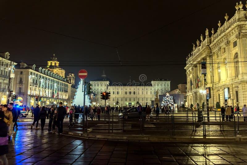 Árbol de navidad y plaza principal en Turín, Italia fotos de archivo