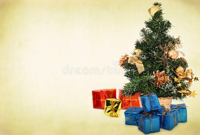 Árbol De Navidad Y Presentes Imagenes de archivo