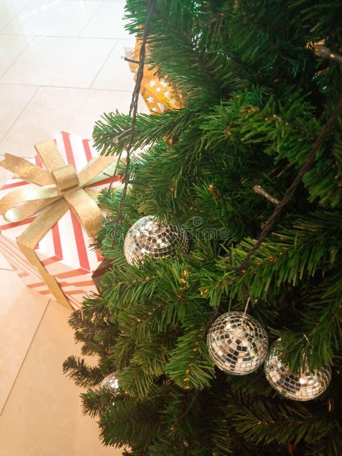 Árbol de navidad y regalo foto de archivo libre de regalías