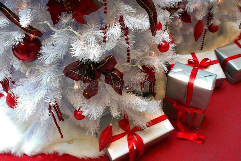 Árbol de navidad y regalos fotografía de archivo