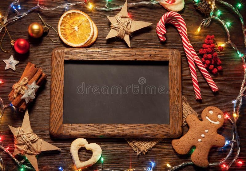 Árbol de navidad y regalos del pan de jengibre de la pizarra en la sobremesa VI fotos de archivo libres de regalías