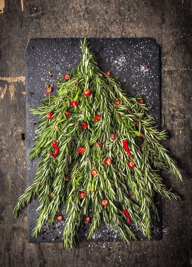 Árbol de Rosemary Christmas con la decoración roja del chile foto de archivo