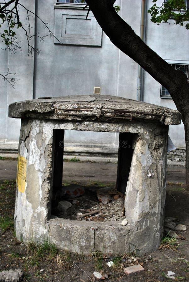 Árbol de una vieja construcción de la ventilación detrás destruido, discapacitado, cercano del acer y pared gris vieja de la casa fotografía de archivo