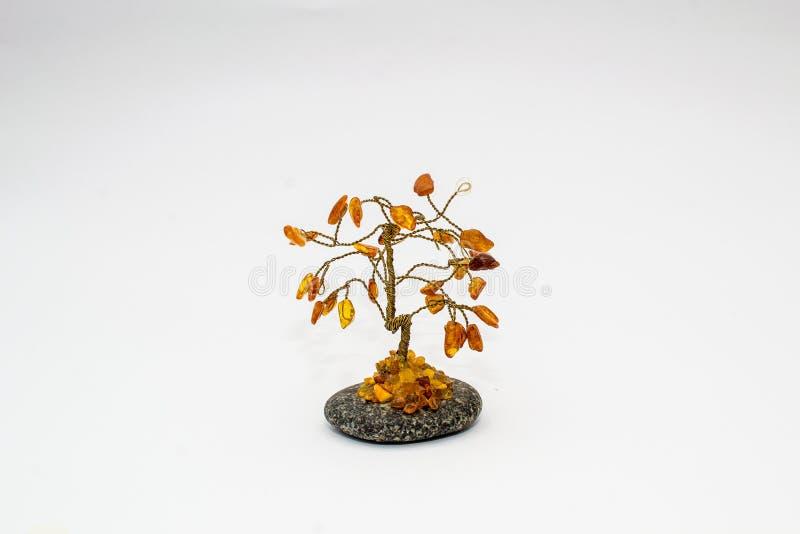 Árbol decorativo ambarino en el fondo blanco foto de archivo