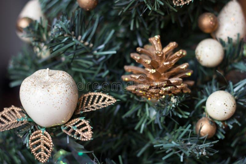 Árbol del Año Nuevo adornado con los juguetes foto de archivo libre de regalías