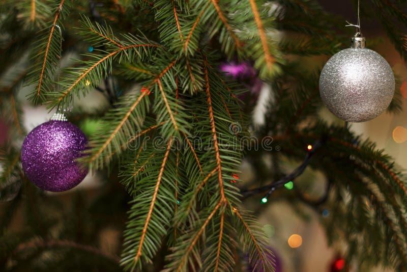 Árbol del Año Nuevo adornado con los juguetes imagen de archivo libre de regalías