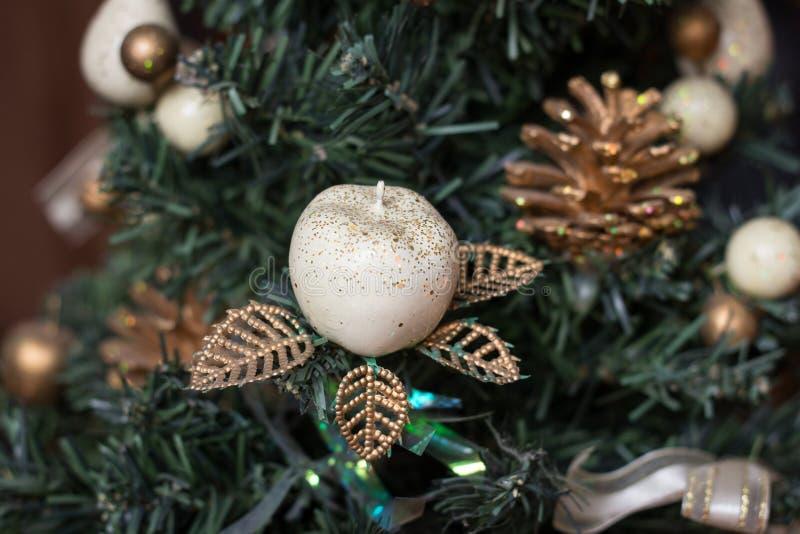 Árbol del Año Nuevo adornado con los juguetes imagenes de archivo