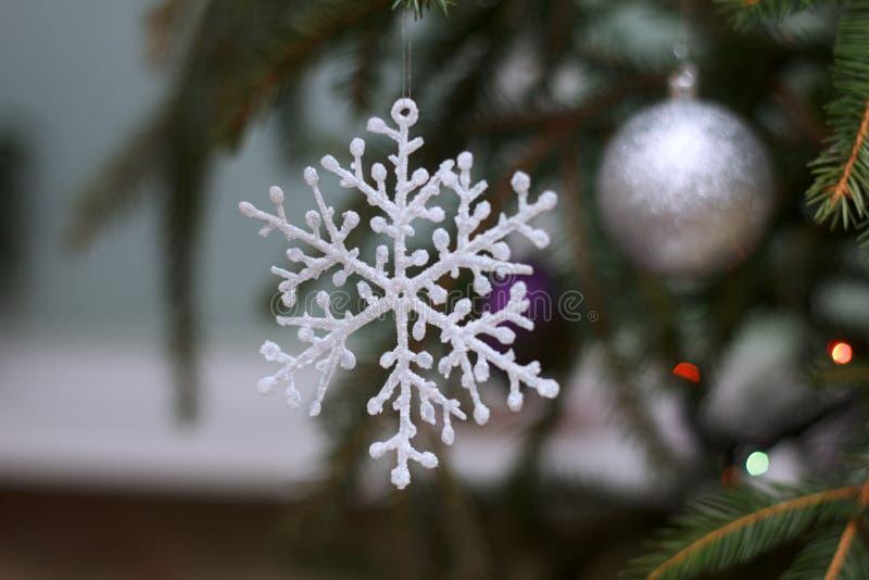 Árbol del Año Nuevo adornado con los juguetes fotografía de archivo