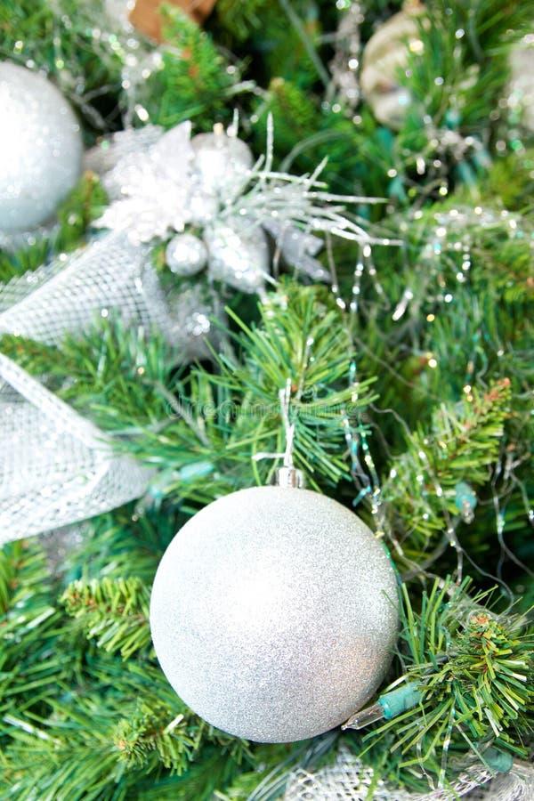 Árbol Del Año Nuevo Con Las Bolas De Plata Foto de archivo libre de regalías