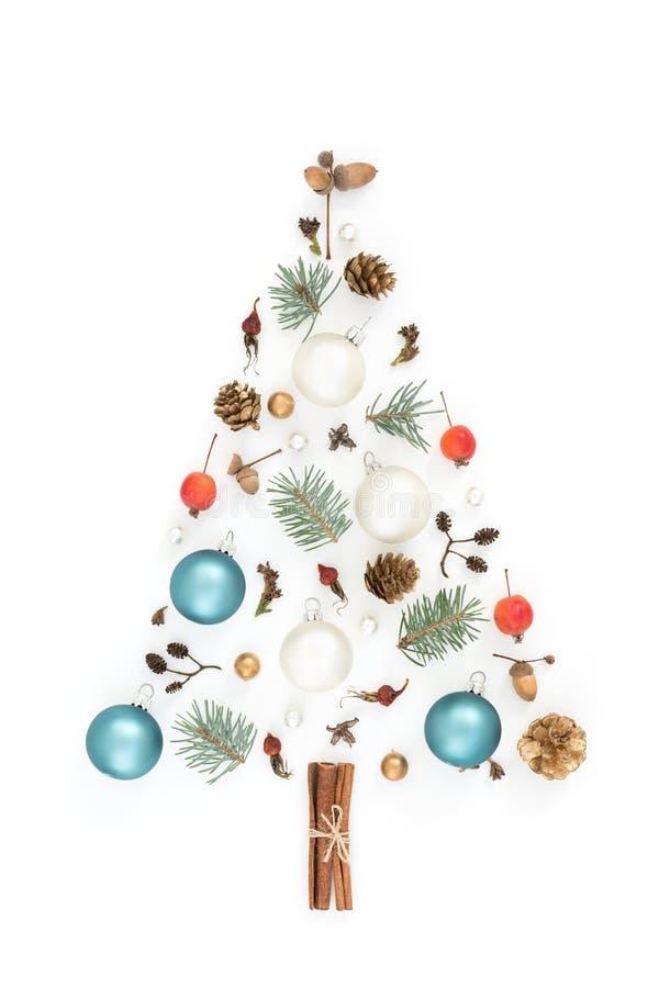 Árbol del Año Nuevo hecho de decoraciones de la Navidad fotografía de archivo