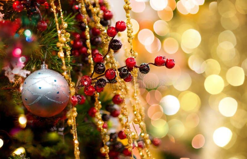 Árbol del Año Nuevo y bola decorativos de la plata fotografía de archivo