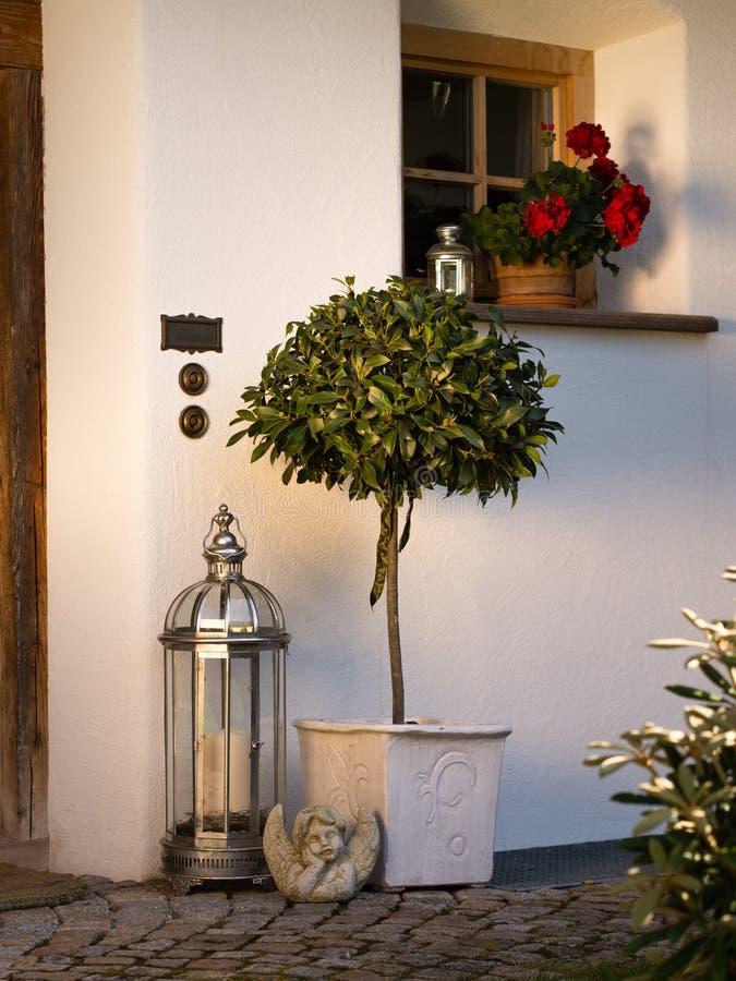 Árbol del laurel de bahía que adorna la puerta principal imagen de archivo