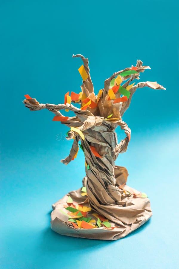 árbol del otoño de la caída 3D del papel y de la cartulina multicolores Proyectos de aplicación sentidos creativos para los niños imágenes de archivo libres de regalías