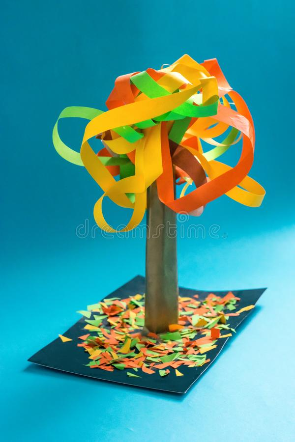árbol del otoño de la caída 3D del papel y de la cartulina multicolores Proyectos de aplicación sentidos creativos para los niños fotografía de archivo libre de regalías