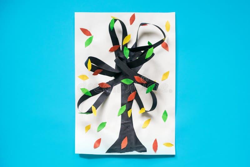 árbol del otoño de la caída 3D del papel y de la cartulina multicolores Proyectos de aplicación sentidos creativos para los niños imagenes de archivo