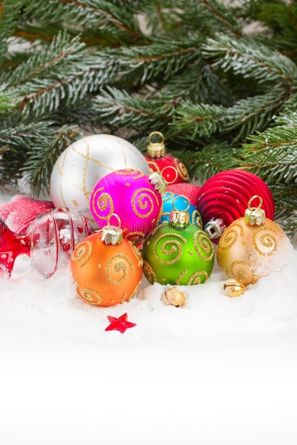 Árbol imperecedero y bolas multicoloras de la Navidad imagen de archivo
