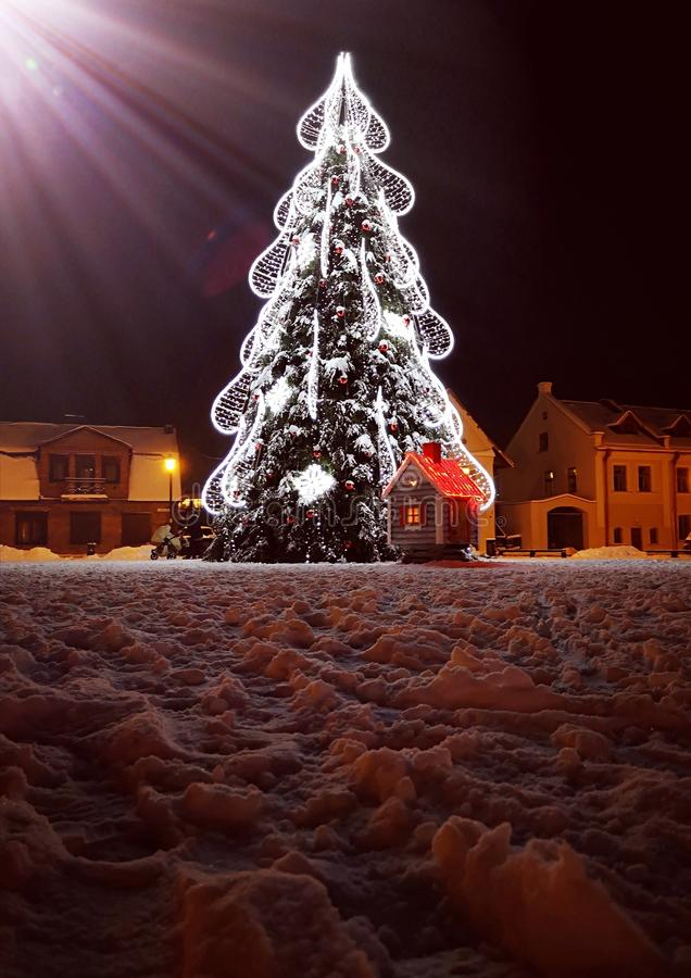Árbol Lituania KÄ-dainiai de Papá Noel del invierno imagenes de archivo