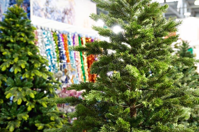 Árbol para la Navidad y los ornamentos decorativos en tienda foto de archivo libre de regalías
