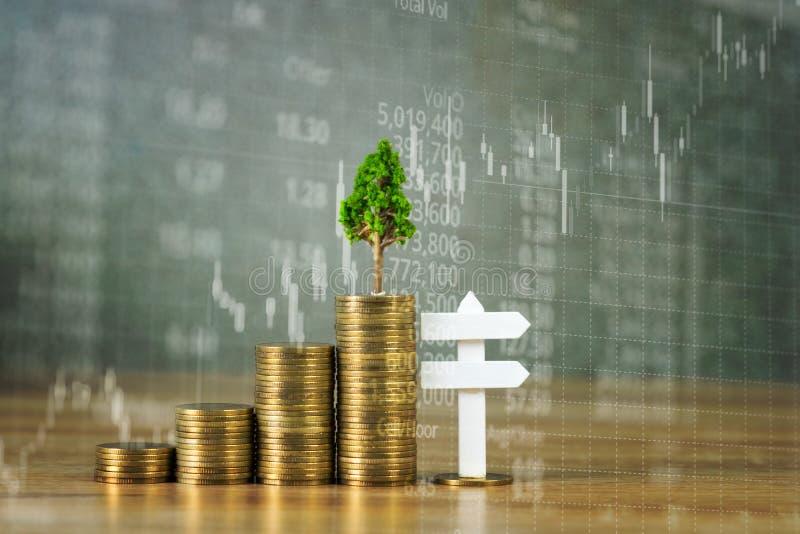 Árbol que crece en la pila de monedas de oro y de muestra blanca del tablero de madera libre illustration