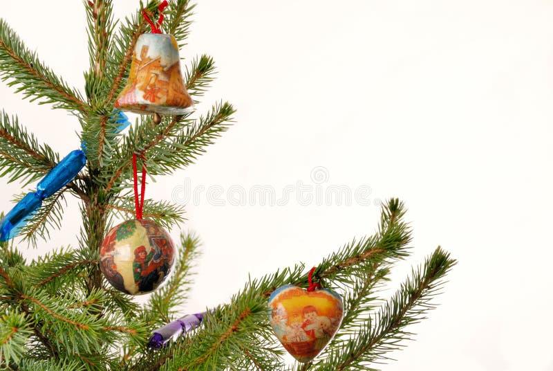 Árbol Spruce con las gemas de la Navidad imagen de archivo