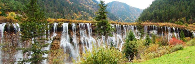 Árbol y cascada del otoño en jiuzhaigou fotos de archivo libres de regalías