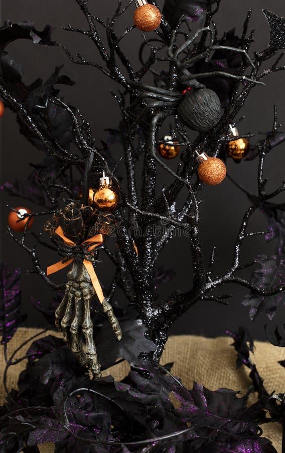 Árbol y decoración de Halloween fotos de archivo
