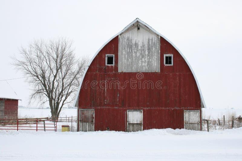 Árbol y granero fotos de archivo