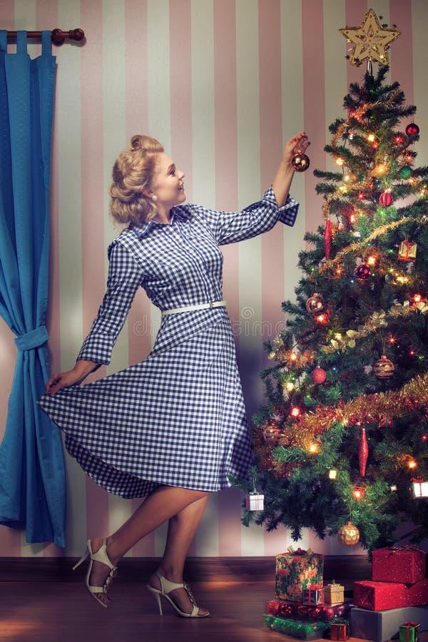 Árbol y muchacha de Navidad imagen de archivo libre de regalías