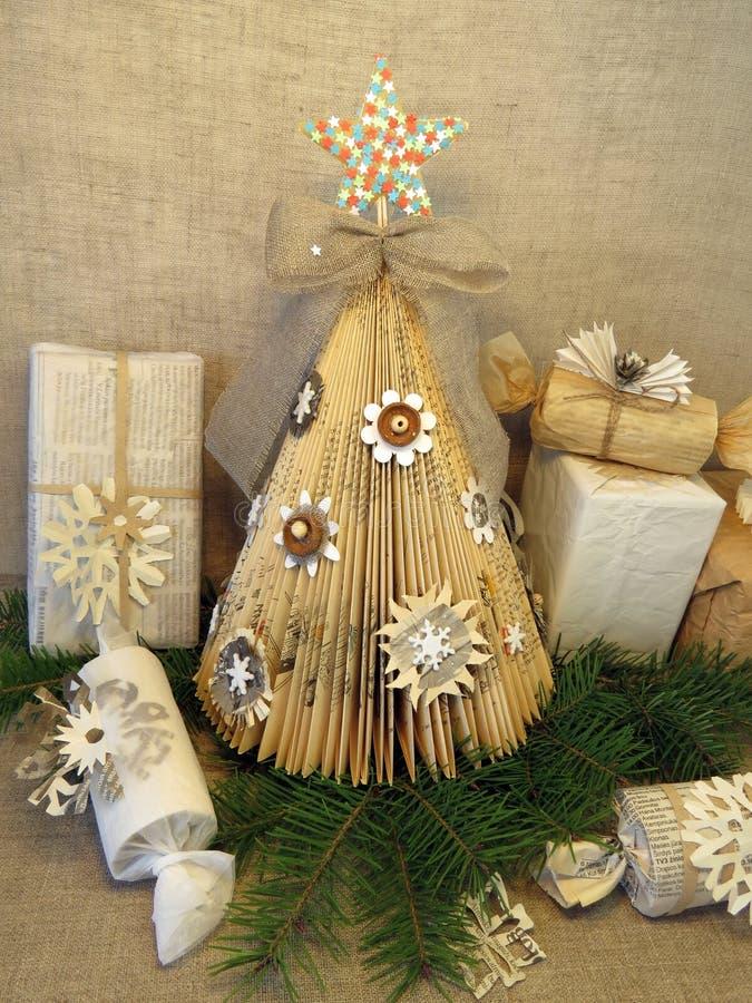 Árbol y regalos de papel de abeto imágenes de archivo libres de regalías