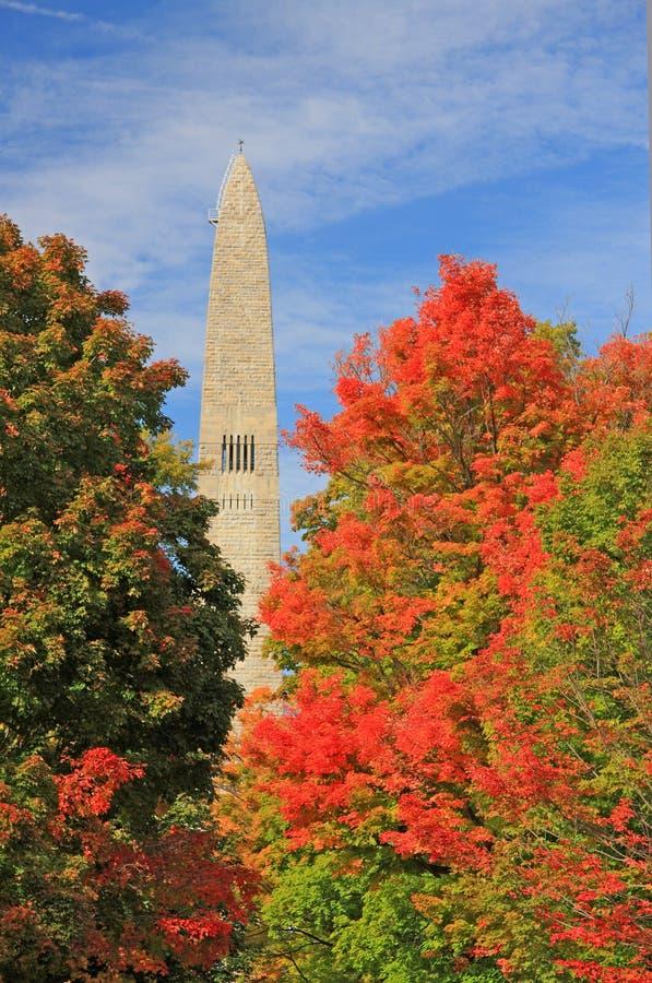 Árboles de la caída y monumento de Bennington imagen de archivo