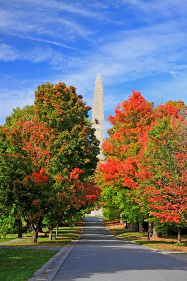 Árboles de la caída y monumento de Bennington imagen de archivo libre de regalías