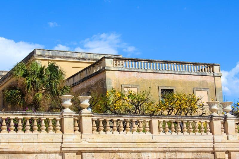 Árboles de limón en balcón histórico en el cuadrado de Piazza Duomo en Syracuse, Sicilia, Italia La plaza principal está situada  foto de archivo libre de regalías