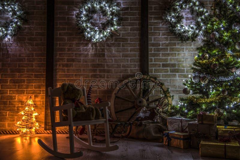 Árboles de navidad en hogar imagenes de archivo