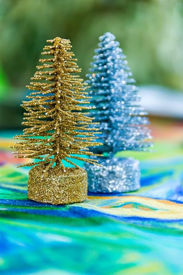 Árboles de navidad de plata del oro imagen de archivo libre de regalías
