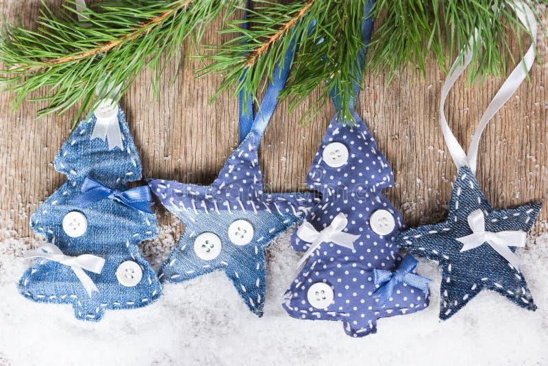 Árboles de navidad y estrellas en una rama del abeto foto de archivo