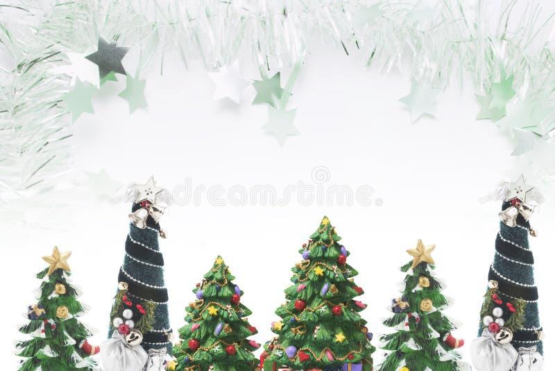Árboles de navidad y oropel foto de archivo